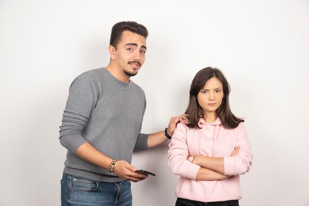 Le jeune homme veut parler avec sa petite amie folle.