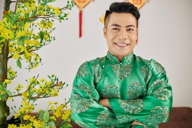 Jeune homme vietnamien en costume traditionnel