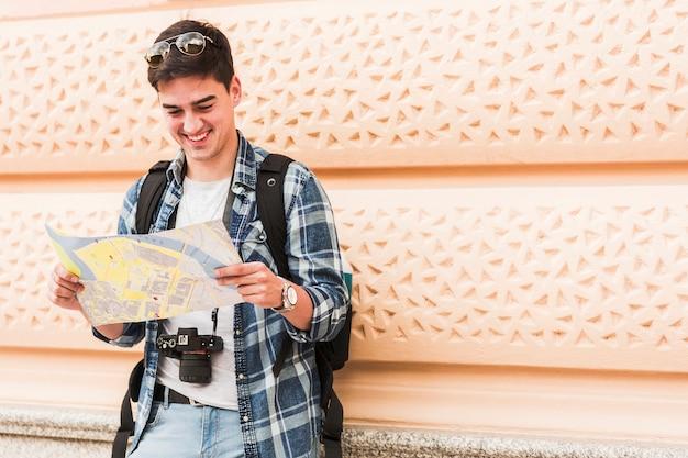 Jeune homme voyageant autour du monde