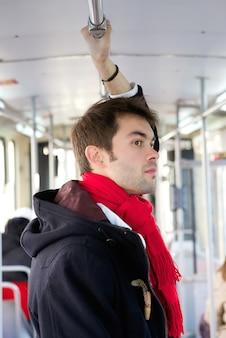 Jeune homme voyageant en métro