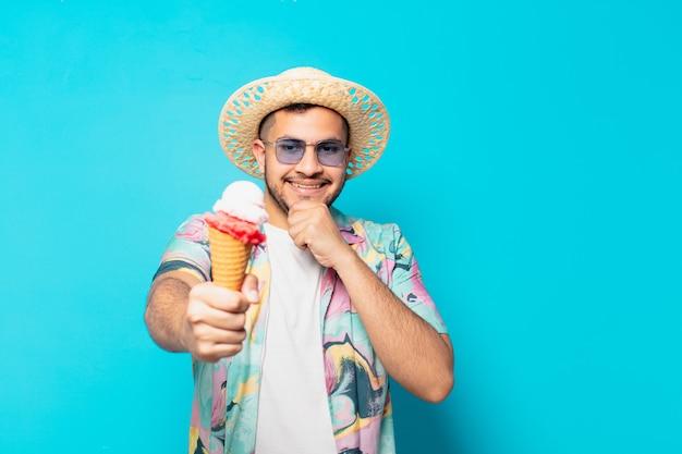 Jeune homme voyageur hispanique expression de la pensée et tenant une glace