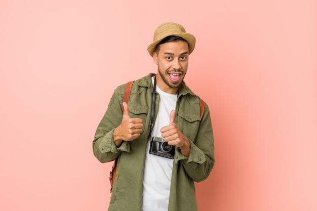 Jeune homme voyageur philippin levant les deux pouces, souriant et confiant.