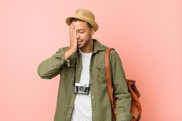 Jeune homme voyageur philippin oubliant quelque chose, se gifle le front avec la paume et ferme les yeux.