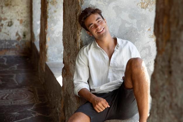 Jeune homme voyageur posant et souriant