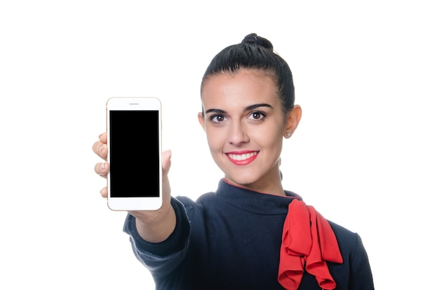 Jeune hôtesse de l'air tenant le dispositif avec écran vide à la main.
