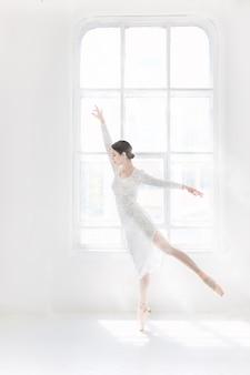 Jeune et incroyablement belle ballerine pose et danse