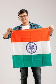 Jeune indien / asiatique montrant un panneau vierge sur blanc