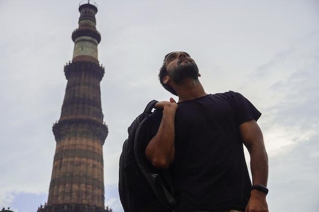 Jeune indien bel homme au palais historique qutub minar voyage en inde image