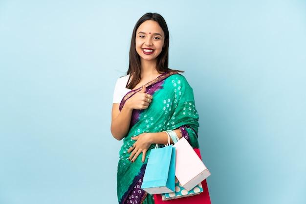 Jeune, indien, femme, achats, sacs, donner, pouces, haut, geste