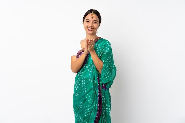 Jeune, indien, femme, isolé, blanc, mur, applaudir, après, présentation, conférence