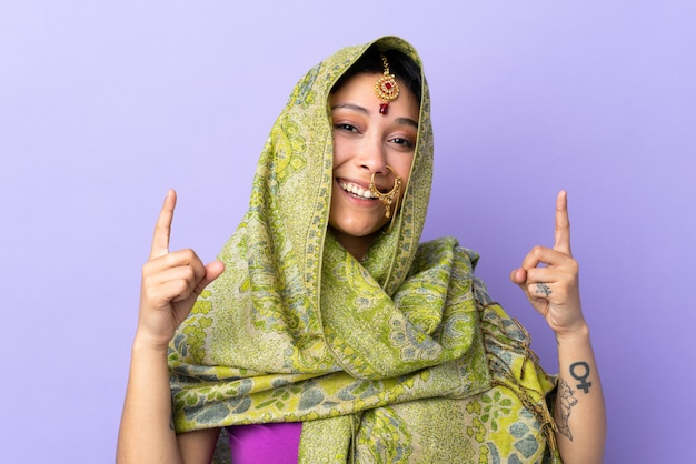 Jeune, indien, femme, isolé, mur