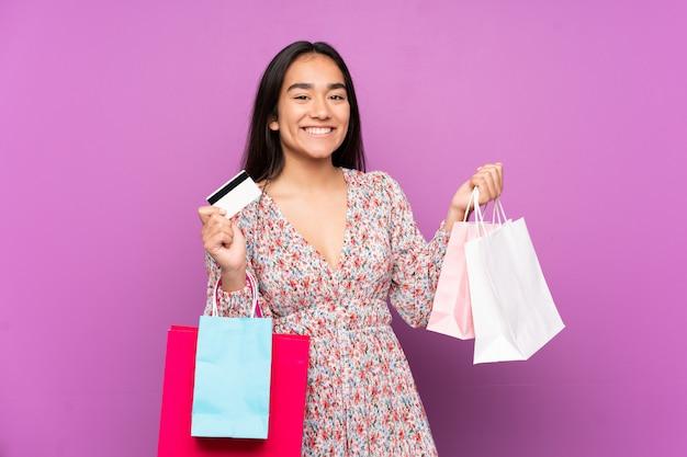 Jeune, indien, femme, pourpre, mur, tenue, achats, sacs, crédit, carte