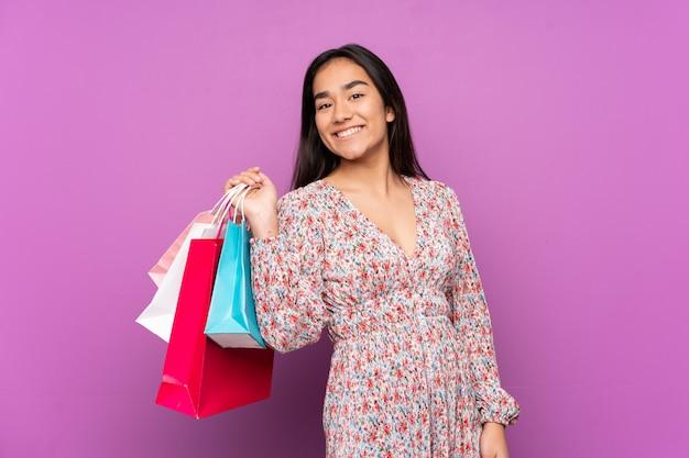 Jeune, indien, femme, pourpre, mur, tenue, achats, sacs, sourire