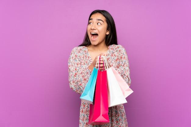 Jeune, indien, femme, pourpre, mur, tenue, achats, sacs, surpris