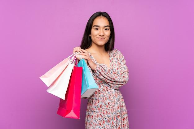 Jeune, indien, femme, pourpre, mur, tenue, achats, sacs