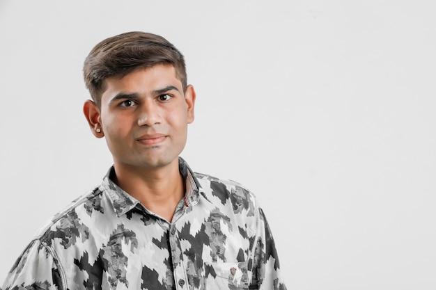 Jeune indien homme debout sur blanc