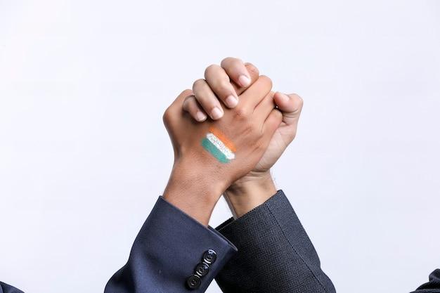 Jeune indien poignée de main après une bonne affaire.