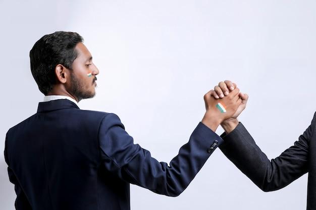 Jeune Indien Poignée De Main Après Une Bonne Affaire. Photo Premium