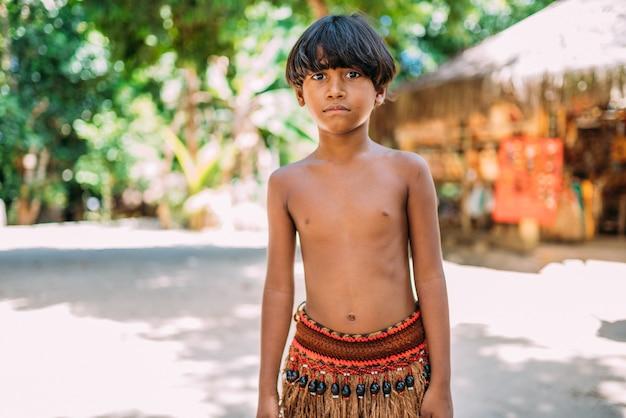 Jeune indien de la tribu pataxo du sud de bahia. enfant indien regardant la caméra