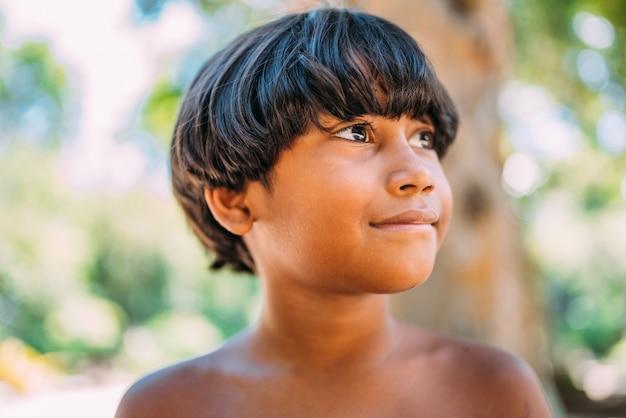 Jeune indien de la tribu pataxo du sud de bahia. enfant indien regardant vers la droite