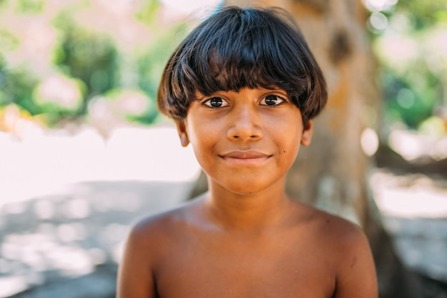 Jeune indien de la tribu pataxo du sud de bahia. enfant indien souriant et regardant la caméra