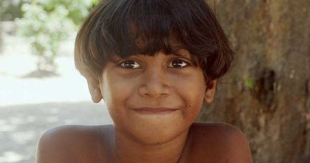Jeune indien de la tribu pataxo du sud de l'enfant indien de bahia regardant vers la droite