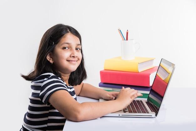 Une jeune indienne fréquente une école ou des cours en ligne. étudiez en lock-out car les écoles sont fermées en raison de covid-19. rôle de la technologie pendant le verrouillage à l'échelle nationale. concept d'apprentissage à la maison en inde