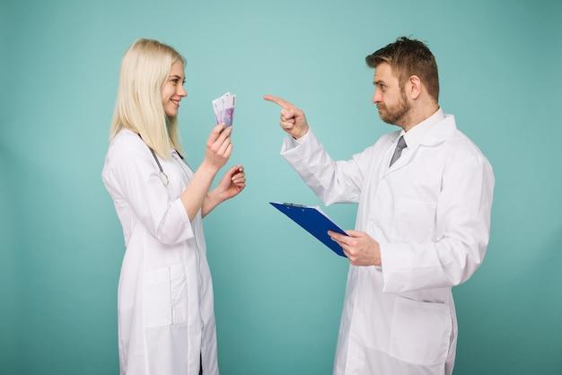 Une jeune infirmière soudoie un homme à un médecin.