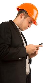 Jeune ingénieur ou architecte lisant un message texte