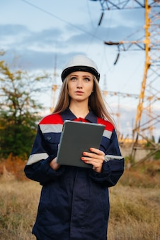 Un jeune ingénieur inspecte et contrôle l'équipement de la ligne électrique. énergie.
