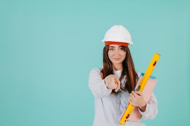 Jeune ingénieur pointant à la caméra