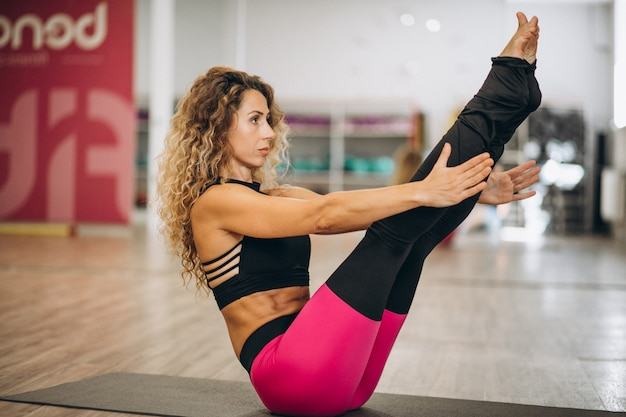 Jeune instructeur de yoga au centre de fitness