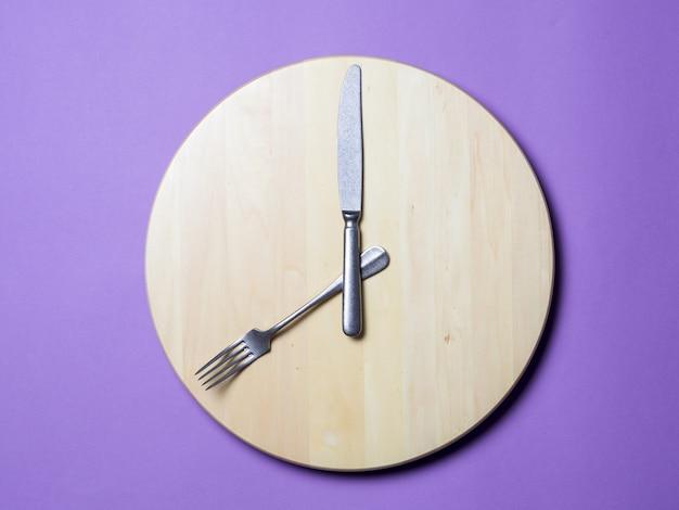 Le jeûne intermittent et sauter le concept de petit déjeuner