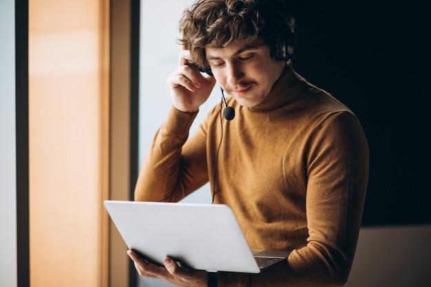 Jeune interprète masculin travaillant sur ordinateur portable