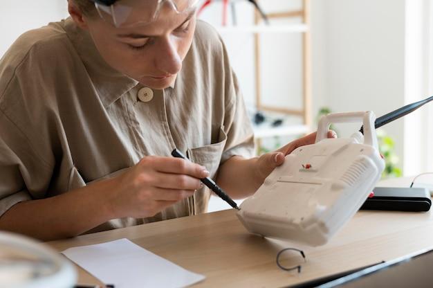 Jeune inventeur féminin dans son atelier