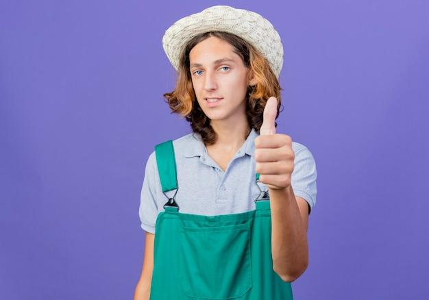 Jeune, jardinier, homme, porter, combinaison, et, chapeau