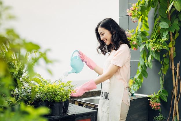 Jeune Jardinière Asiatique Arrosant Les Plantes Photo Premium