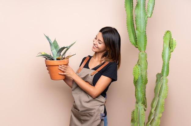 Jeune jardinière femme avec des plantes