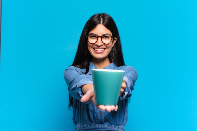 Jeune, jeune, femme hispanique, avoir café
