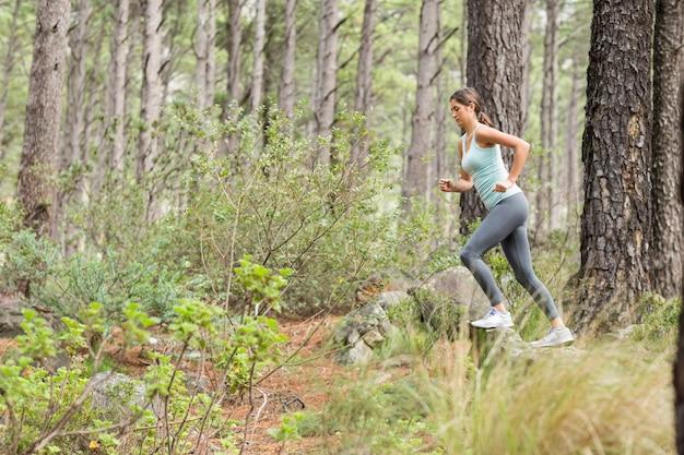 Jeune jogger heureux en cours d'exécution