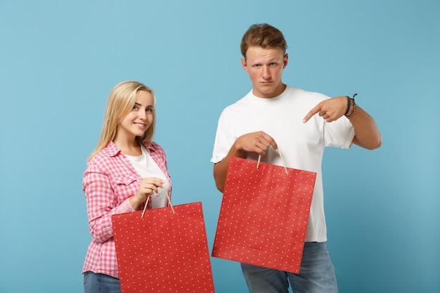 Jeune joli couple deux amis gars et femme en t-shirts roses blancs posant