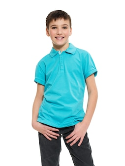 Jeune joli garçon posant au studio comme mannequin. photo d'un enfant d'âge préscolaire de 8 ans sur blanc