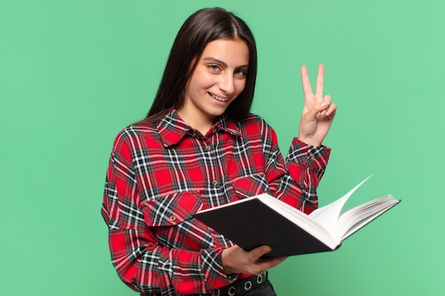 Jeune jolie adolescente concept d'étudiant d'expression heureux et surpris