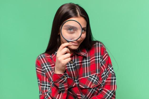 Jeune jolie adolescente concept de recherche d'expression heureux et surpris