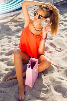 Jeune jolie adolescente corps slim fit portant une tenue élégante hipster, portrait de mode lumineux. jeune femme jolie élégante, vêtue d'une chemise en jean