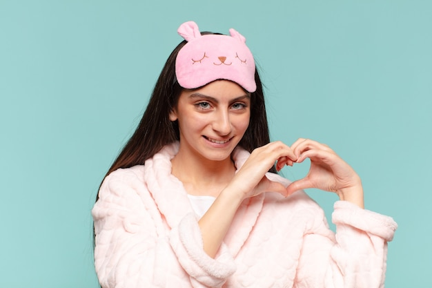 Jeune jolie adolescente. expression heureuse et surprise. concept de pyjama