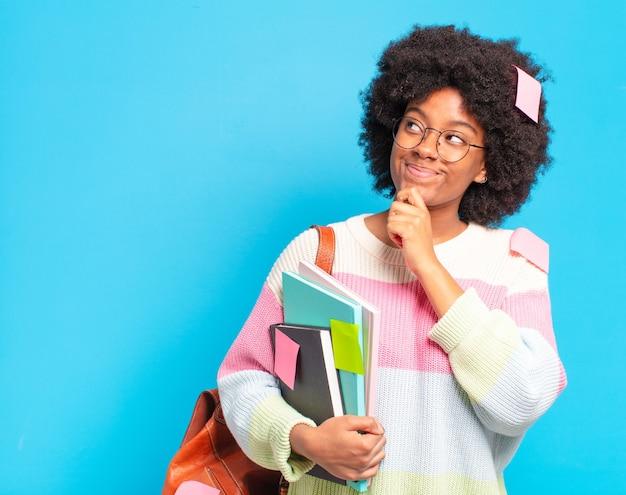 Jeune jolie étudiante afro