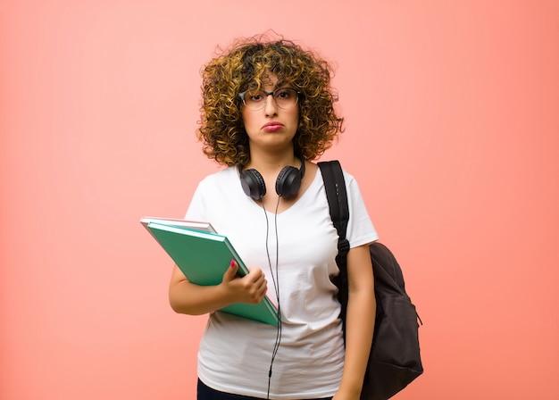 Jeune jolie étudiante se sentant triste et stressée