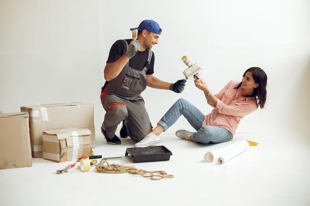 La jeune et jolie famille répare la pièce