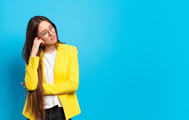 Jeune jolie femme d'affaires avec blazer jaune